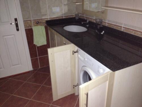 Badeværelse nedenunder med vaskemaskine